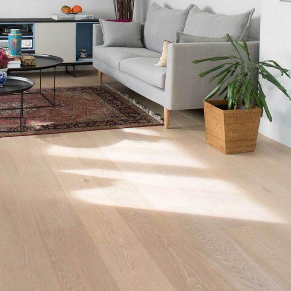Salón con parquet de madera clara