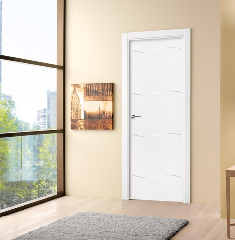 Puerta lacada con inserciones onduladas de aluminio