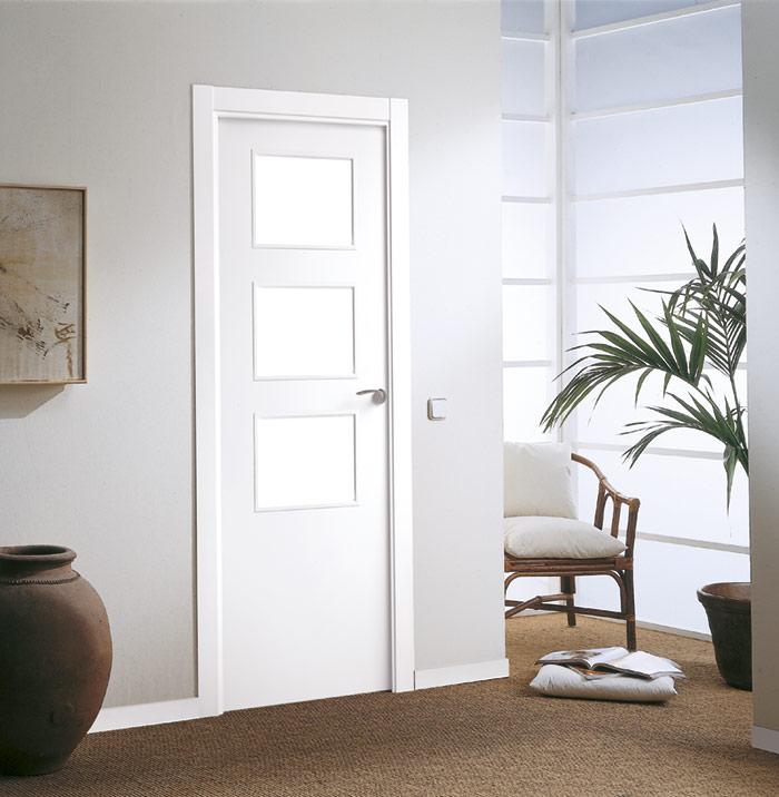 Puerta vidriera con acabado lacado blanco