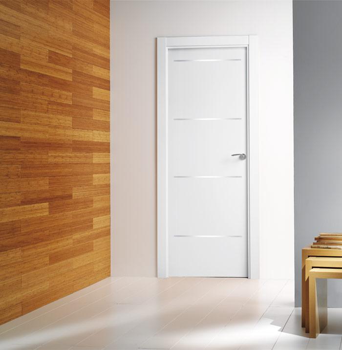 Puerta lacada de interior con inserciones de aluminio
