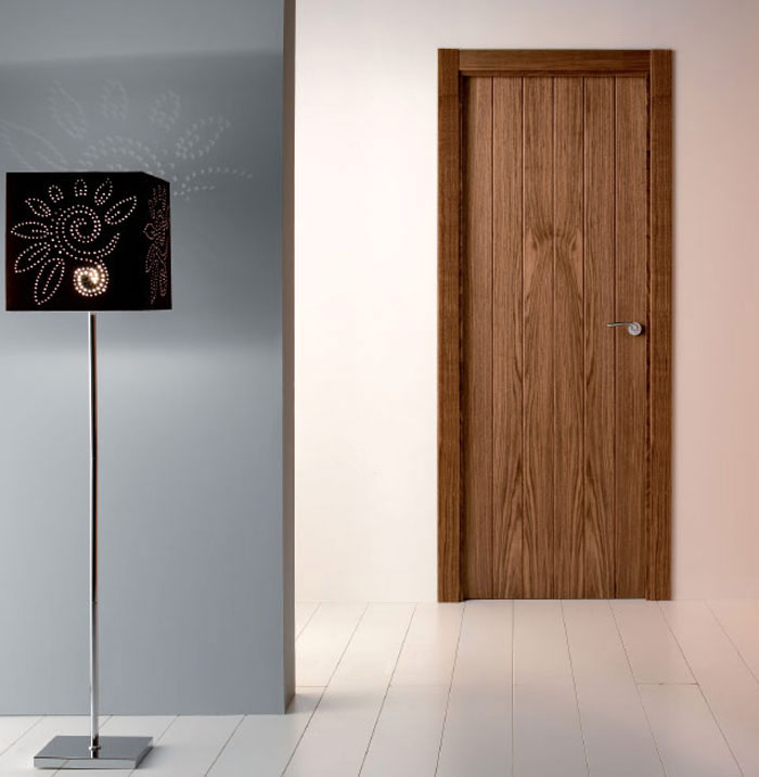 Puerta de interior laminada efecto madera oscura