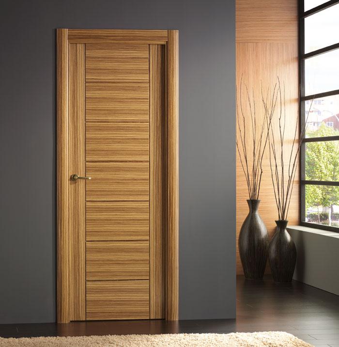 Puerta laminada efecto madera con variaciones de tonos