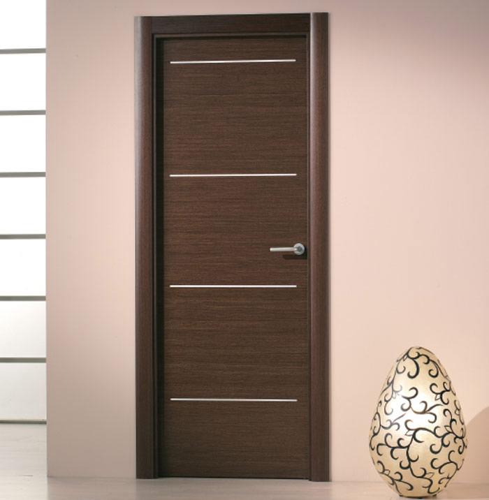 Puerta de madera con inserciones de aluminio