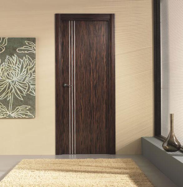 Puerta de madera oscura con inserciones de aluminio