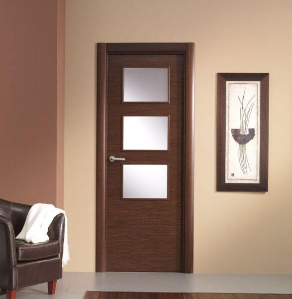 Puerta vidriera laminada efecto madera oscura