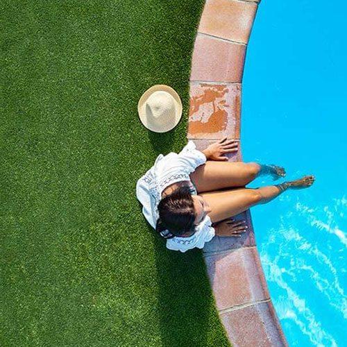 césped artificial piscina